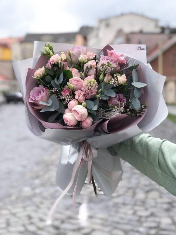 Букет в лілових відтінках з весняних квітів