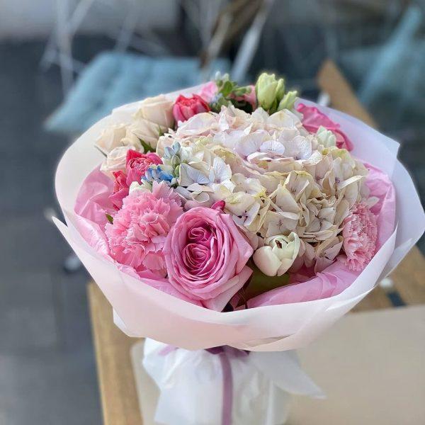 Букет рожева ніжність з піоновидних троянд, гортензії та додатків