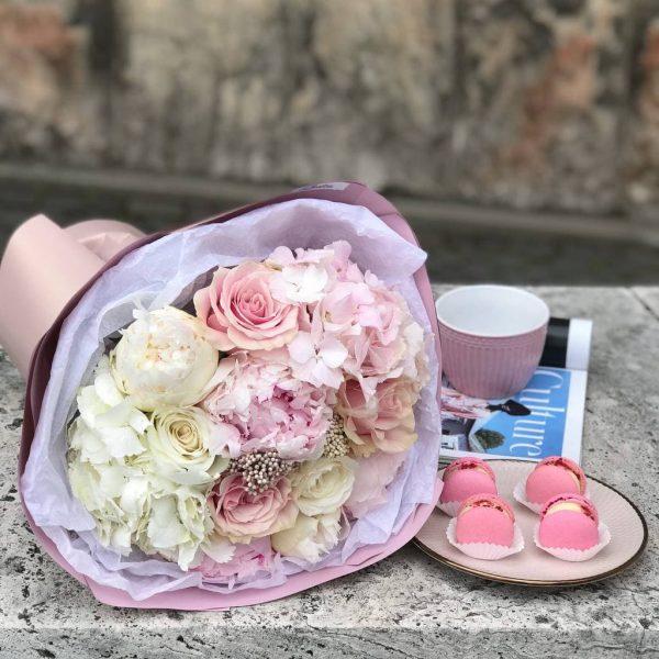 Вишукано ніжний букет з гортензії, троянд, півоній та озотамнуса