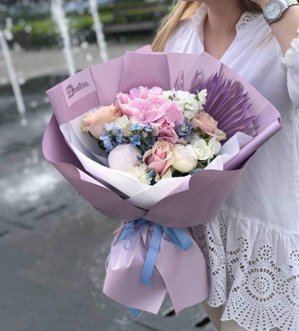 Букет літній мікс, з гортензії, оксепеталума, фрезій, троянд та матіоли