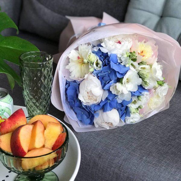 Букет з синьої гортензії, півоній, фрезій та матіоли