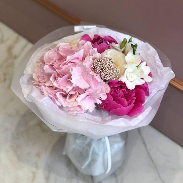 Малиновий букет з гортензії, фрезій, троянд та півоній