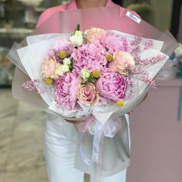 Букет з півоній, троянд, фрезій, гортензії та додатків