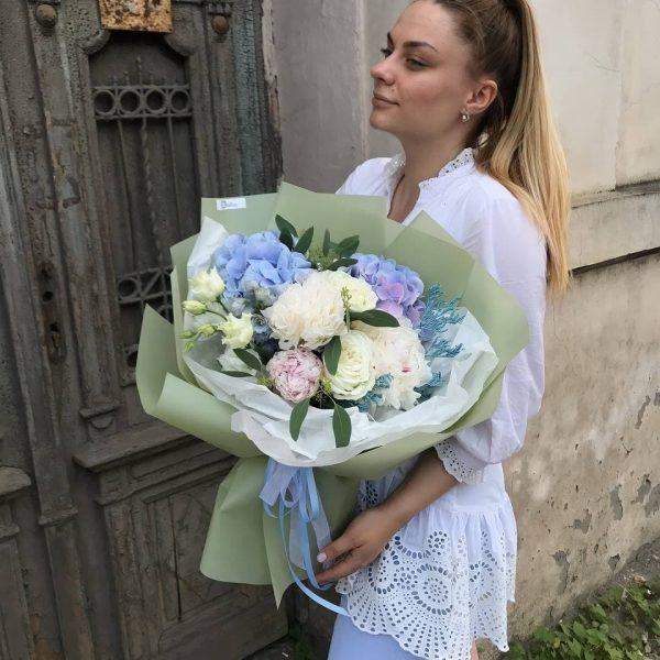Літній букет з голубої гортензії, півоній, троянд, еустоми, евкаліпту та додатків
