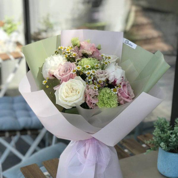 Букет з півоній, троянд, танацетума та евкаліпту