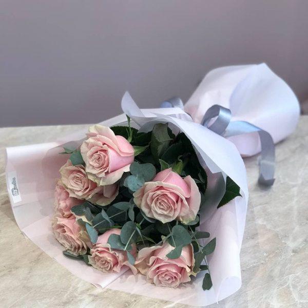 Букет з 7 еквадорських троянд та евкаліпту