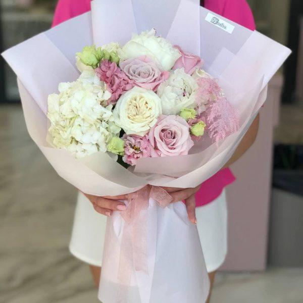 Букет ніжність з еустоми, троянд, гортензії, півоній та аспарагусу