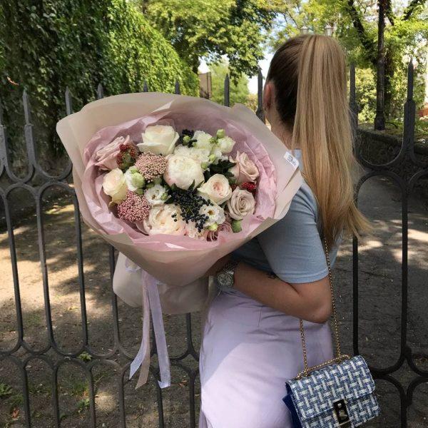 Витончений букет з троянд, еустоми та додатків
