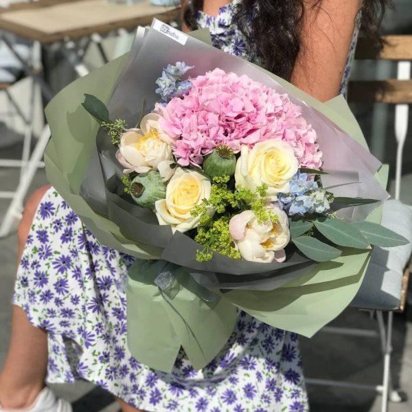 Яскравий букет з троянд, гортензії, маку, дельфініуму та додатків