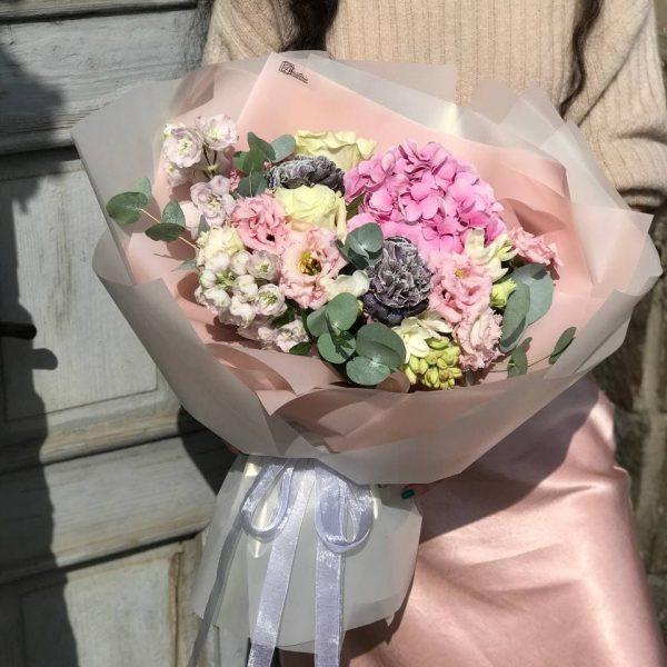 Ніжний букет з дельфінуму, гортензії, еустоми, гвоздики, троянд та фрезій