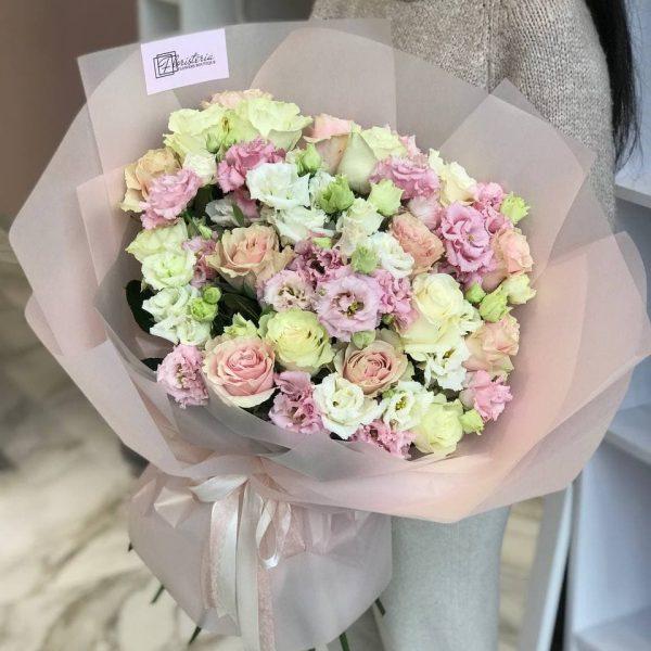 Букет з троянд та еустоми