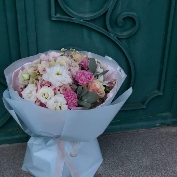 Букет в рожевих відтінках з гортензії, еустоми, фрезій, троянд, гвоздик та танацетуму