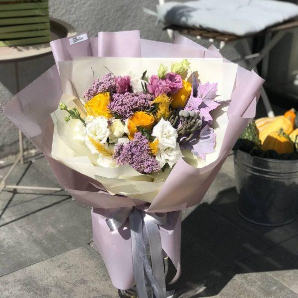 Букет в фіолетово-жовтій колористиці з троянд, седуму, брунії,еустоми та додатків
