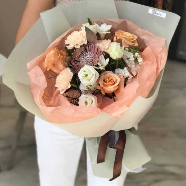 Букет в осінній колористиці з троянд, еустоми, гвоздики, фрезій та евкаліпту