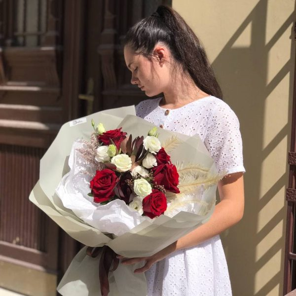 Букет з червоних троянд та осінніх додатків